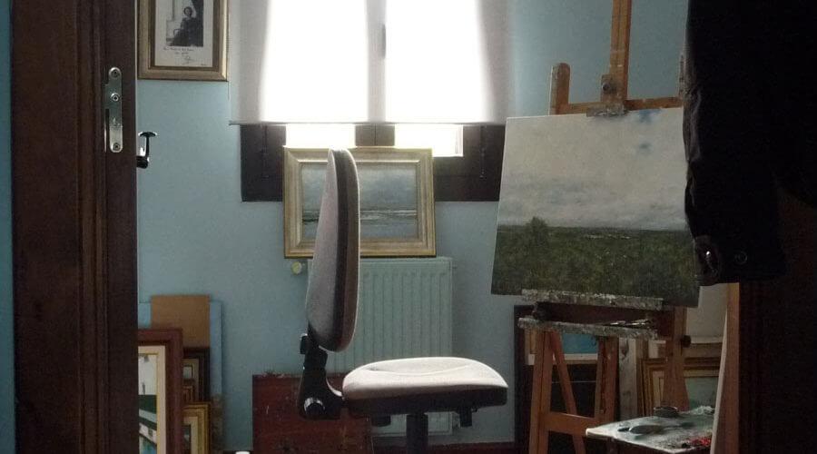 Caballete de pintura con alguna de sus obras