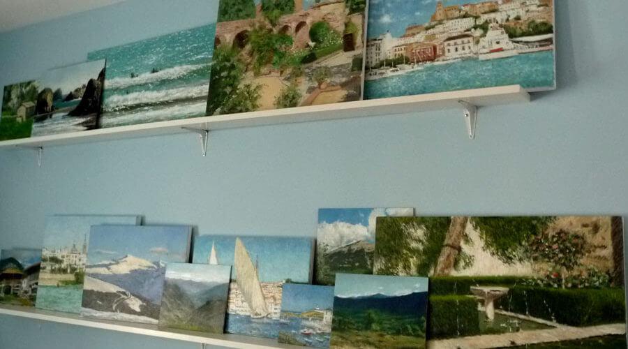 Algunos cuadros en las estanterías del estudio de pintura