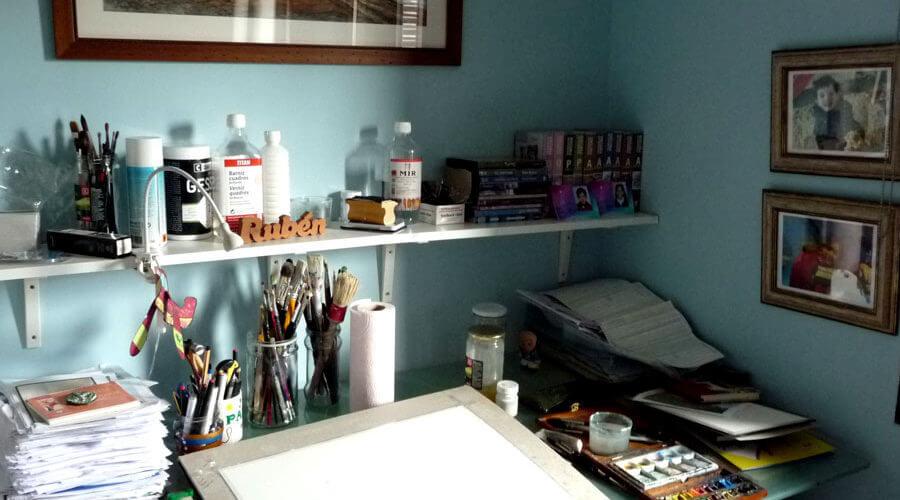 La mesa de trabajo del estudio de Ruben de Luis con algunos materiales