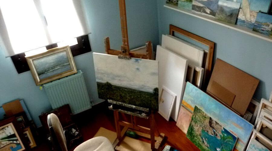Una zona del estudio de pintura de Rubén de Luis