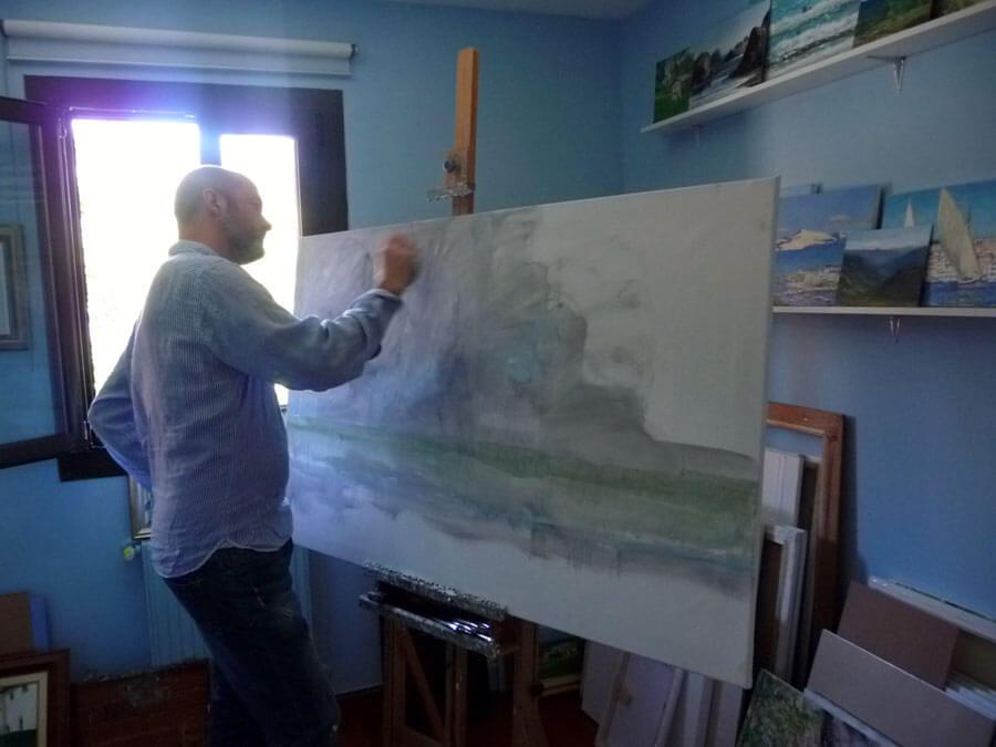 Rubén de Luis trabajando ante un cuadro de gran formato