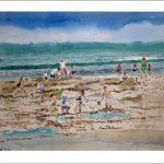 Niños buscando cangrejos en la playa