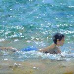 Un niño jugando en la orilla del mar en una playa de Valencia