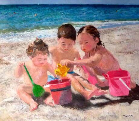 Niños jugando en la orilla del mar