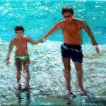 Niña y su padre saliendo del mar